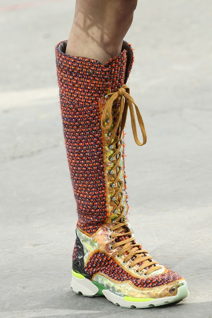 5659cb3b42751735ab28536c67f60d4b--chanel-boots-winter-- Chaussure CHANEL : The Chanel Boots are too die for!