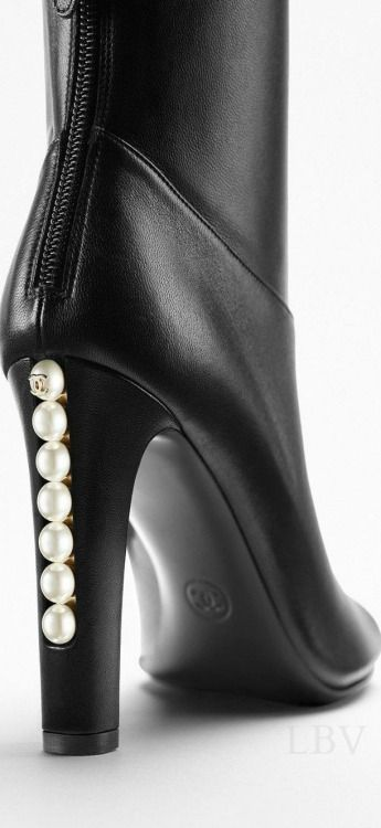 cfbbdaf7b179345f7fa2bd41fd0304de Chaussure CHANEL : Chanel | black boots with pearls Love the classy and feminine...